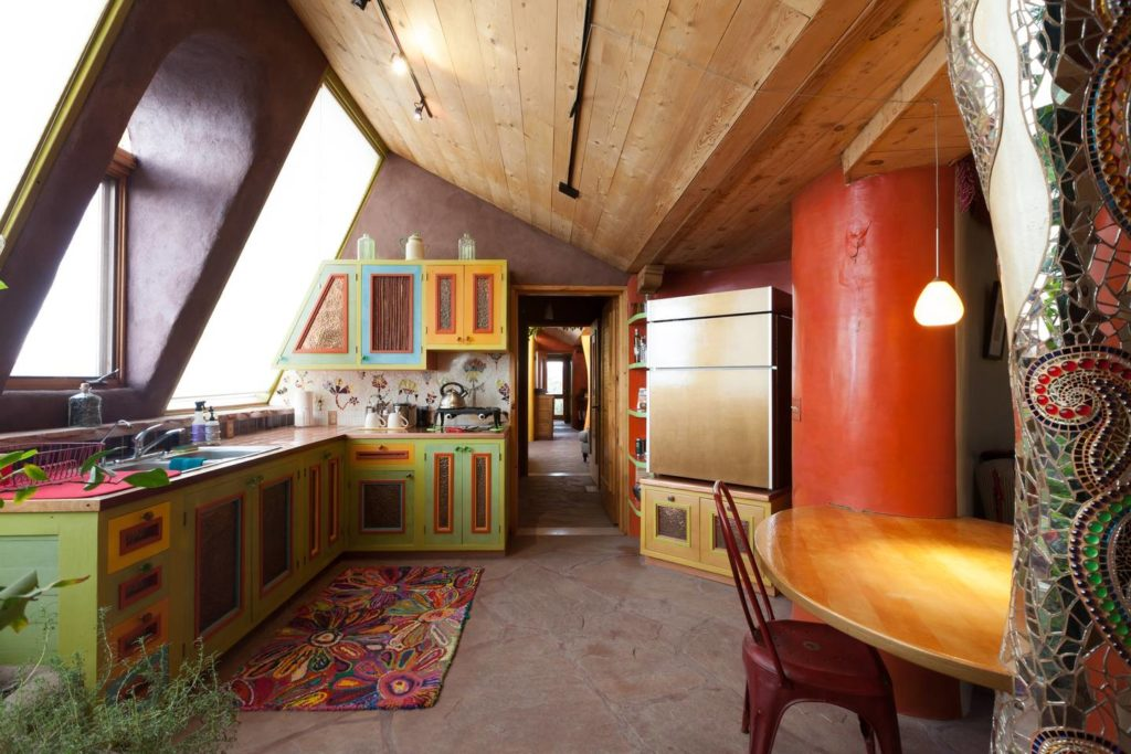 Oddhouse earthship